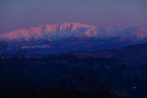 山頂から見る夕日を浴びる月山