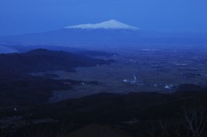 山頂から見る夕暮れの鳥海山